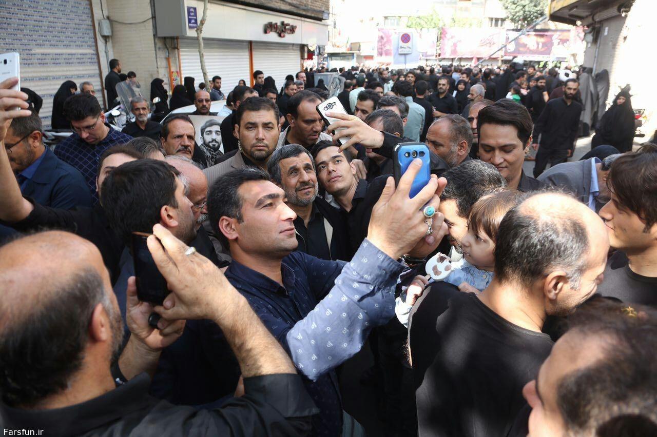 عکس|سلفی با احمدی نژاد در حاشیه تشییع شهید حججی